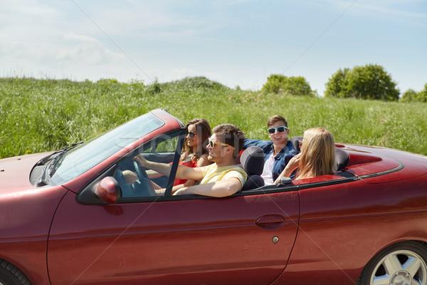 Szczęśliwy znajomych jazdy kabriolet samochodu mówić Zdjęcia stock © dolgachov