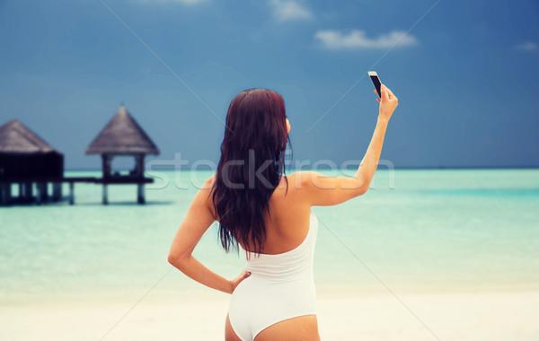 Fiatal nő elvesz okostelefon nyár utazás technológia Stock fotó © dolgachov