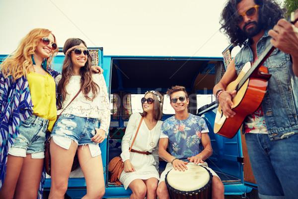 Gelukkig hippie vrienden spelen muziek Stockfoto © dolgachov