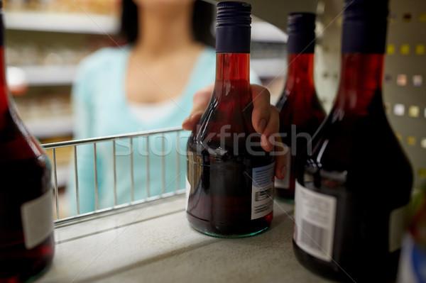 Kéz elvesz üveg ecet polc bolt Stock fotó © dolgachov