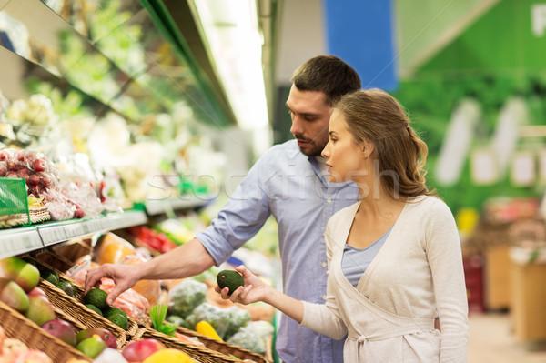 Boldog pár vásárol avokádó élelmiszerbolt vásárlás Stock fotó © dolgachov