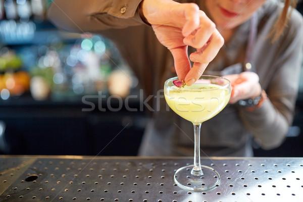 バーテンダー ガラス カクテル バー アルコール ドリンク ストックフォト © dolgachov