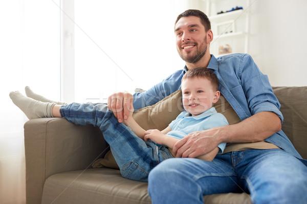 Heureux père en fils séance canapé maison famille Photo stock © dolgachov