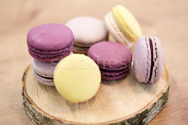Différent macarons bois stand cuisson confiserie Photo stock © dolgachov