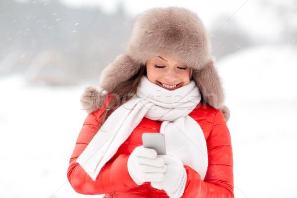 Foto d'archivio: Felice · donna · inverno · pelliccia · Hat · smartphone