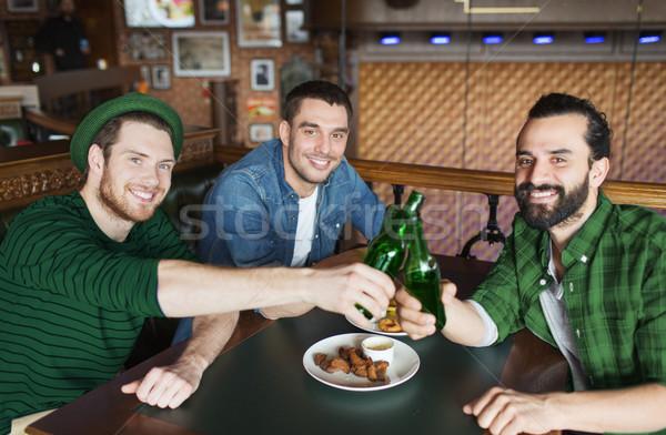 друзей питьевой пива бутылок Бар Паб Сток-фото © dolgachov