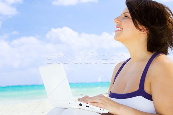 Kadın dizüstü bilgisayar plaj bilgisayar gökyüzü mutlu Stok fotoğraf © dolgachov