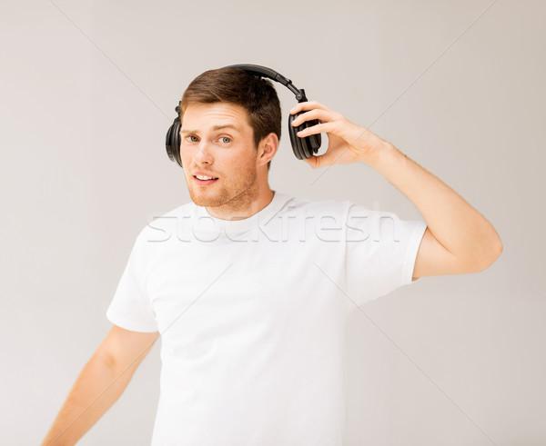 Man hoofdtelefoon luisteren luid muziek jonge man Stockfoto © dolgachov