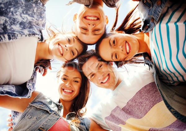 Groep tieners naar beneden te kijken zomer vakantie Stockfoto © dolgachov