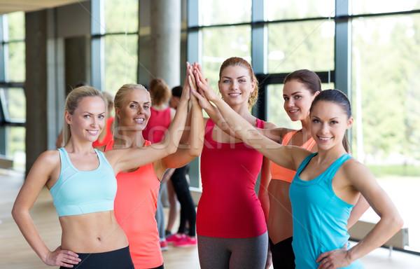 Groep vrouwen high five gebaar gymnasium Stockfoto © dolgachov
