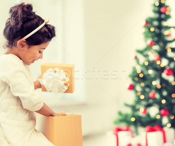 Mutlu çocuk kız hediye kutusu tatil hediyeler Stok fotoğraf © dolgachov