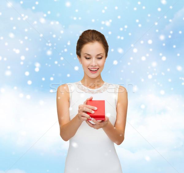 Gülümseyen kadın kırmızı hediye kutusu Noel tatil Stok fotoğraf © dolgachov