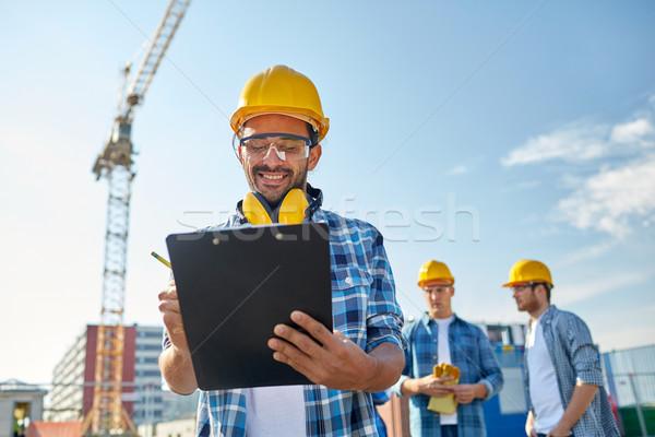 Construtor capacete de segurança clipboard construção negócio edifício Foto stock © dolgachov