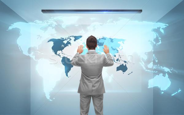 Imprenditore lavoro ologramma mappa del mondo uomini d'affari tecnologia Foto d'archivio © dolgachov