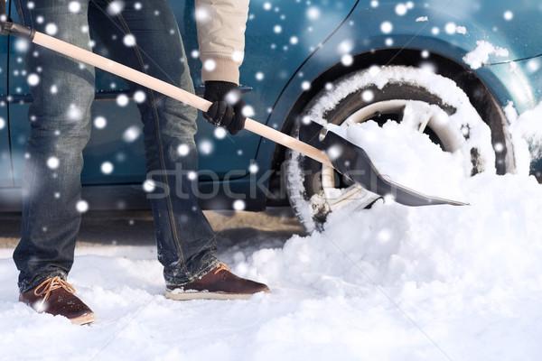 Homme neige pelle voiture transport Photo stock © dolgachov