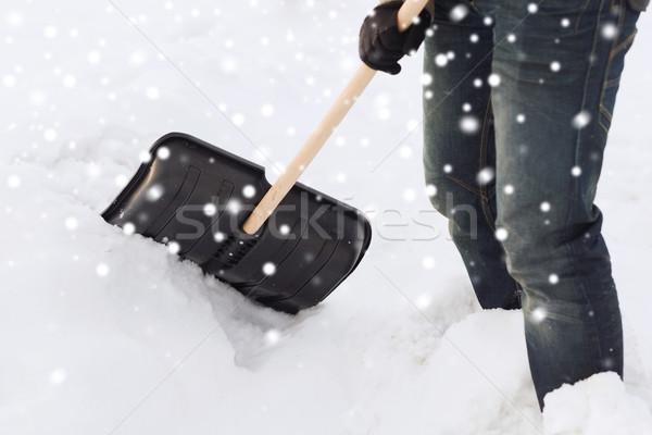Primer plano hombre nieve pala transporte invierno Foto stock © dolgachov