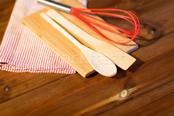 Közelkép főzés konyhai felszerelés fa deszka sütés otthon Stock fotó © dolgachov