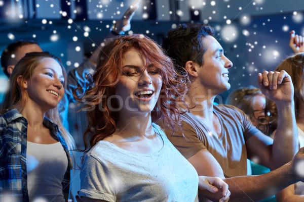 Szczęśliwy znajomych taniec klub nocny strony wakacje Zdjęcia stock © dolgachov