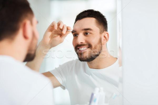 Foto stock: Homem · sobrancelha · banheiro · beleza · pessoas · sorridente