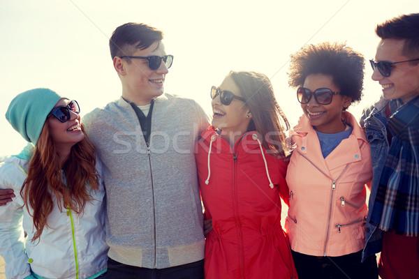 ストックフォト: 幸せ · 十代の · 友達 · 話し · 通り · 観光
