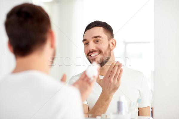 Felice uomo schiuma bagno specchio Foto d'archivio © dolgachov