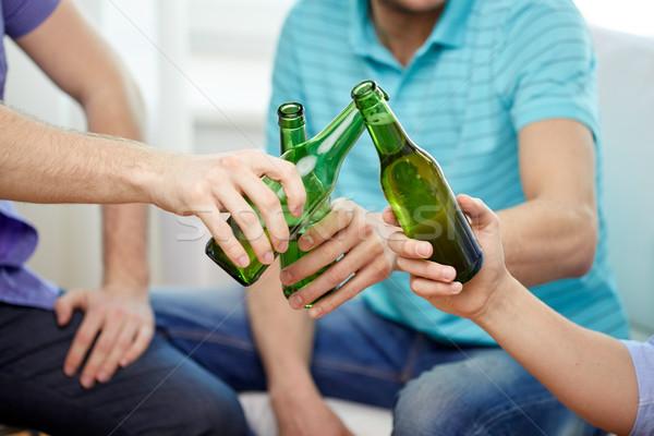 Zdjęcia stock: Mężczyzna · znajomych · pitnej · piwa · domu