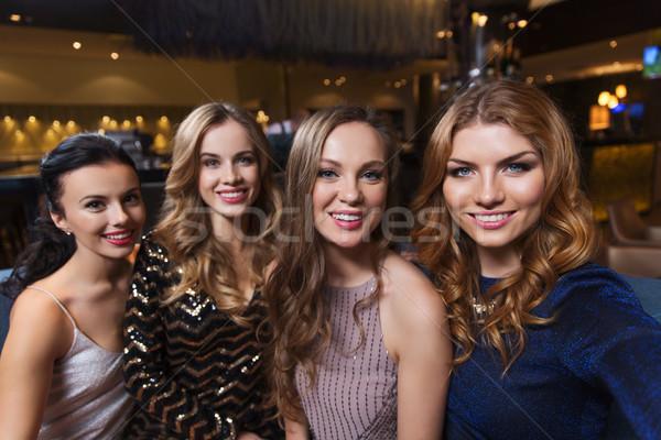 Szczęśliwy uśmiechnięty kobiet klub nocny znajomych Zdjęcia stock © dolgachov