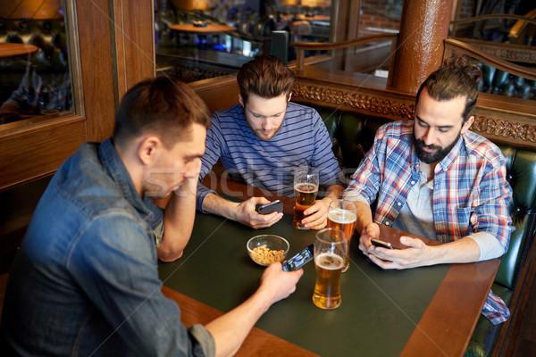 Stock foto: Männer · Smartphones · trinken · Bier · bar · Veröffentlichung
