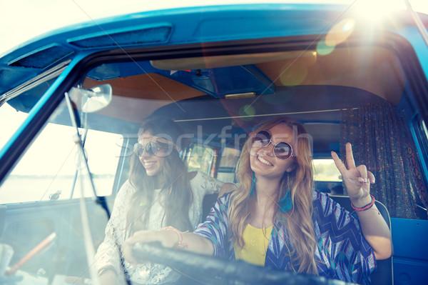 Sorridente jovem hippie mulheres condução Foto stock © dolgachov