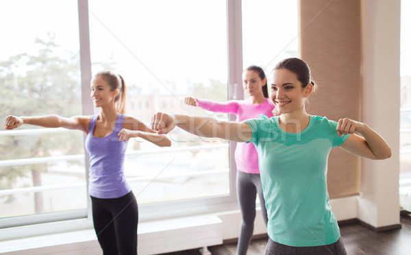 Grupo feliz mulheres ginásio fitness Foto stock © dolgachov