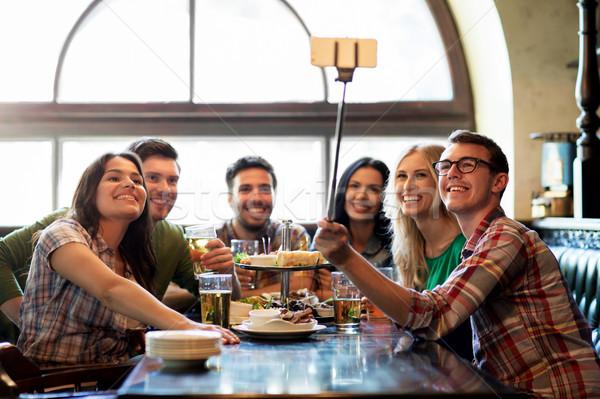 Feliz amigos vara bar pub pessoas Foto stock © dolgachov