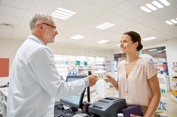 Vrouw geld apotheker drogist geneeskunde gezondheidszorg Stockfoto © dolgachov