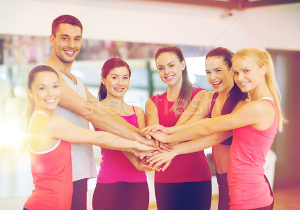 Groep mensen gymnasium vieren overwinning fitness sport Stockfoto © dolgachov