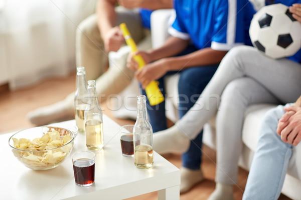 Fútbol aficionados bebidas chips casa amistad Foto stock © dolgachov