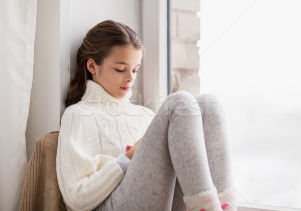 Triest meisje vergadering home venster winter Stockfoto © dolgachov