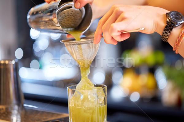 Barman koktajl bar alkoholu napojów Zdjęcia stock © dolgachov