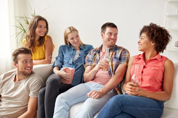 счастливым друзей попкорн пива домой дружбы Сток-фото © dolgachov