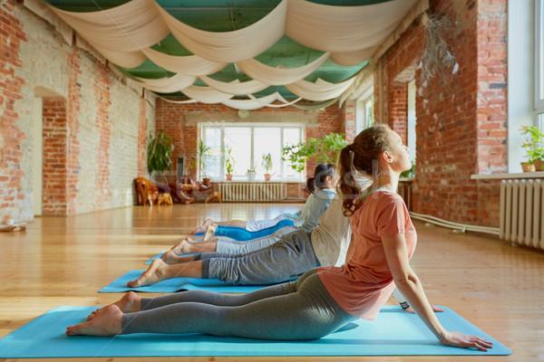 Pessoas do grupo ioga cobra pose estúdio fitness Foto stock © dolgachov