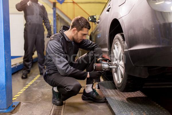 Automechaniker Schraubendreher Auto Reifen Service Reparatur Stock foto © dolgachov