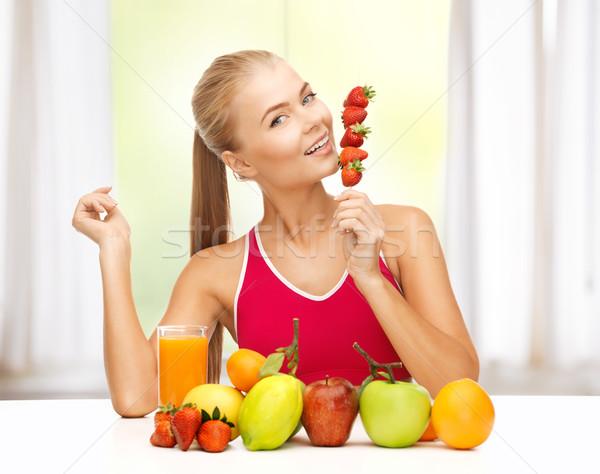 Nő bioélelmiszer eszik eper fiatal nő gyümölcsök Stock fotó © dolgachov