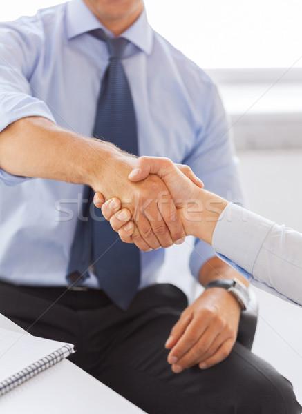 Foto stock: Empresários · aperto · de · mãos · escritório · dois · negócio · mãos