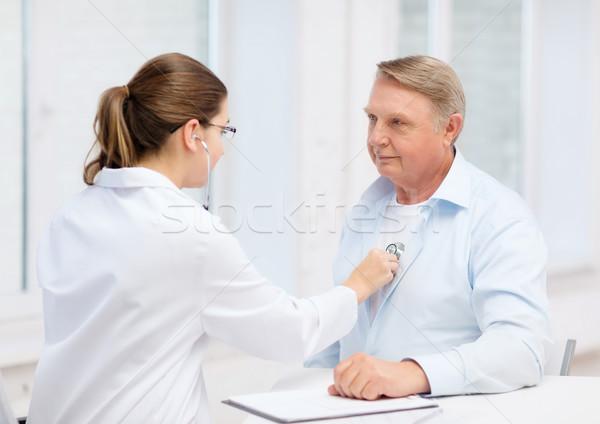 Kobiet lekarza stary słuchania bicie serca opieki zdrowotnej Zdjęcia stock © dolgachov