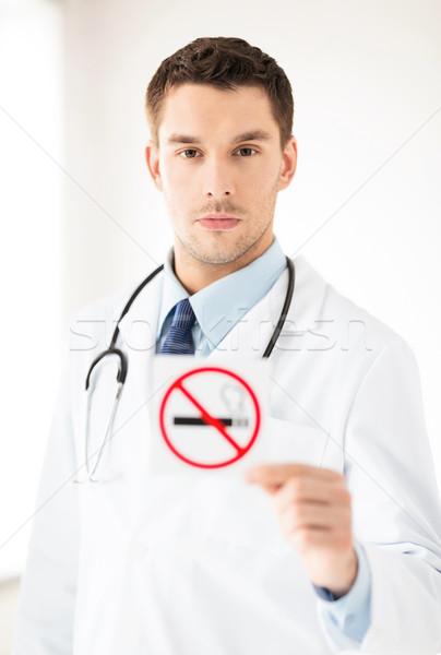 Férfi orvos tart dohányozni tilos felirat kezek férfi Stock fotó © dolgachov