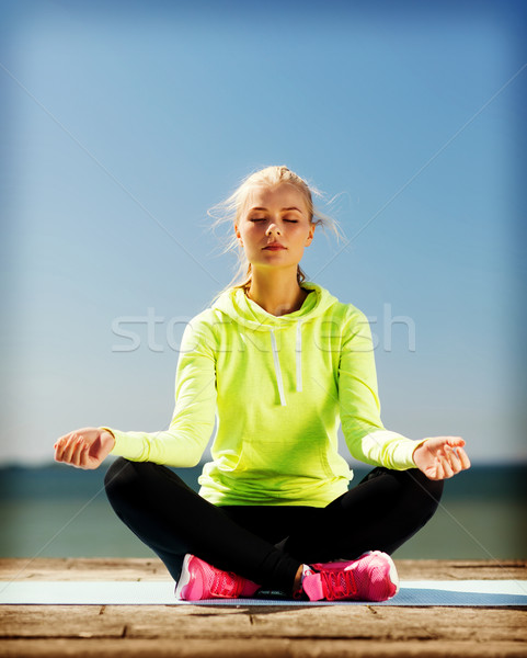 Stok fotoğraf: Kadın · yoga · açık · havada · spor · yaşam · tarzı · gökyüzü