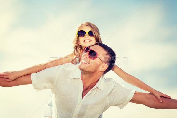 Foto stock: Feliz · pai · criança · óculos · de · sol · blue · sky · verão