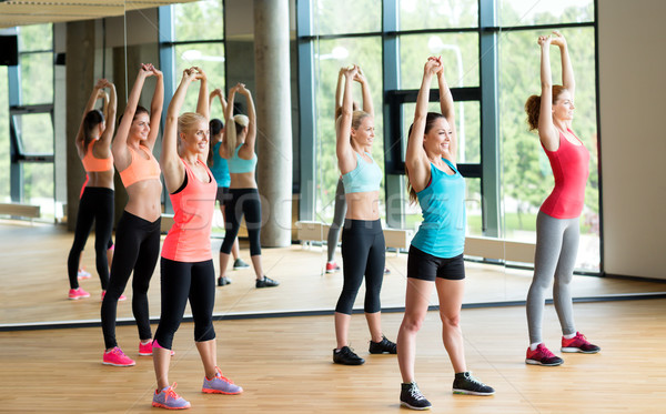 Grupo mujeres gimnasio fitness deporte foto for Deporte gym