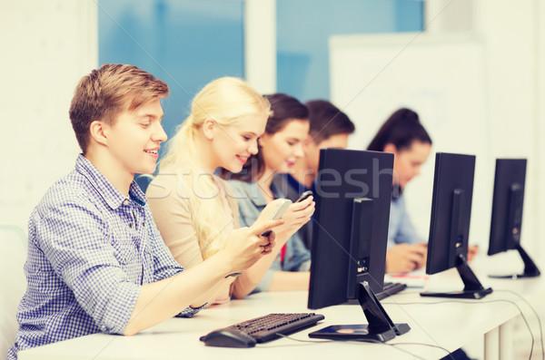 Öğrenciler bilgisayar monitörü akıllı telefonlar eğitim Internet grup Stok fotoğraf © dolgachov