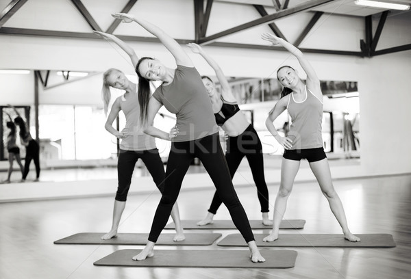 Grupo sonriendo mujeres gimnasio fitness Foto stock © dolgachov