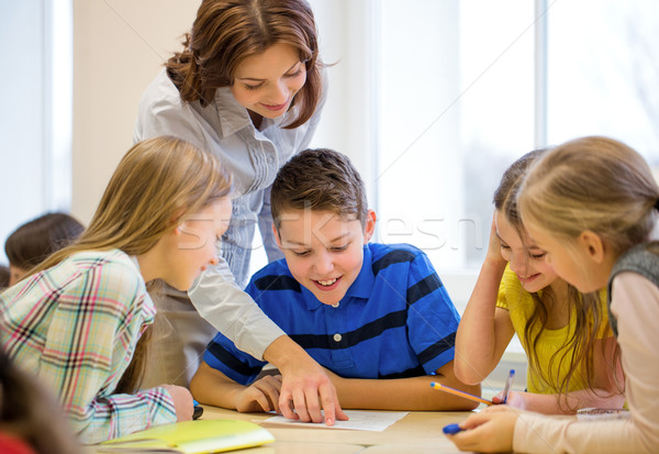 Foto stock: Grupo · escolas · crianças · escrita · corpo · sala · de · aula