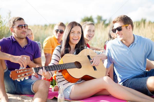 Foto stock: Grupo · feliz · amigos · jugando · guitarra · playa